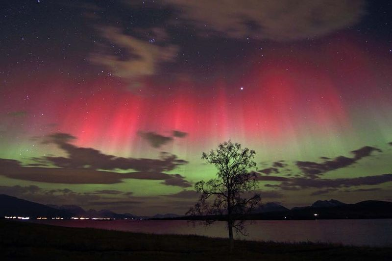 Auroră polară colorată în roşu şi verde, nordul Norvegiei