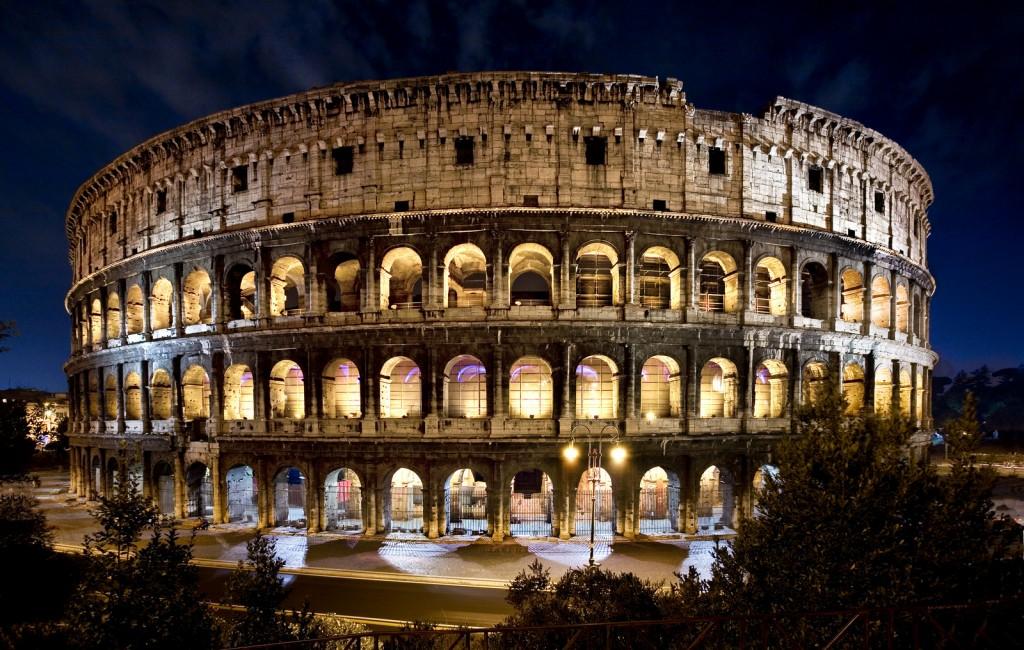 Colosseum iluminat noaptea