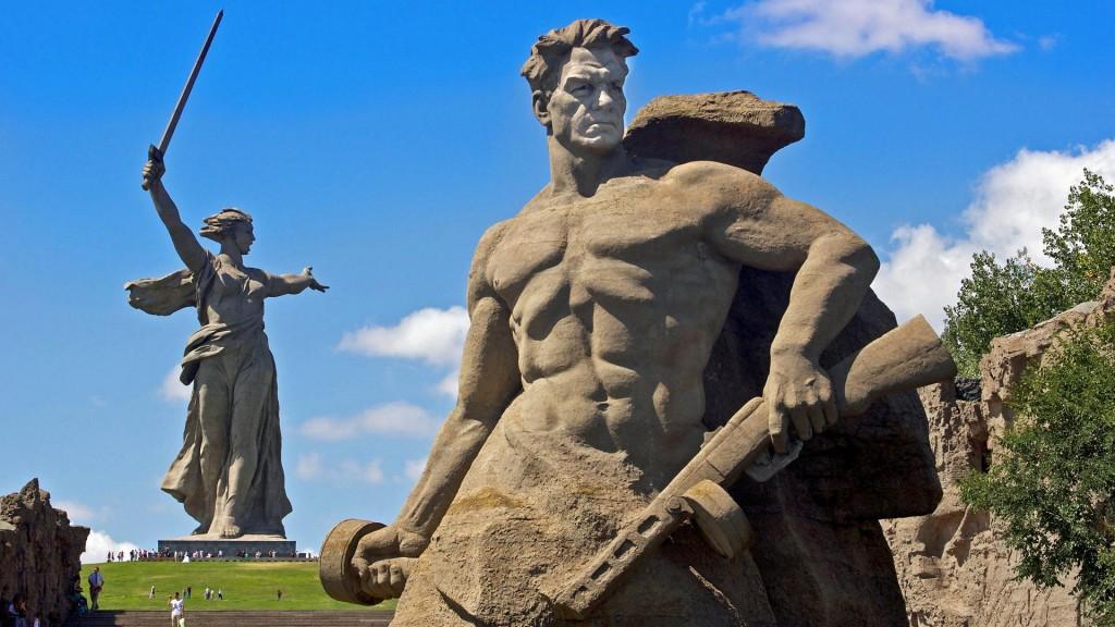 Chemarea Patriei alături de altă statuie din complexul memorial