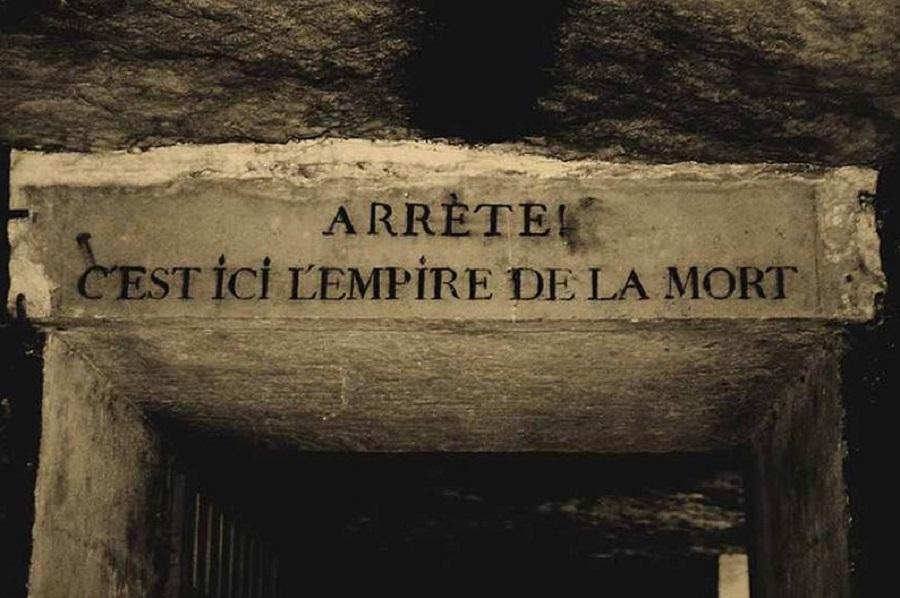 """Inscripţia de la intrare """"Opreşte-te! Aici este Imperiul morţii."""""""