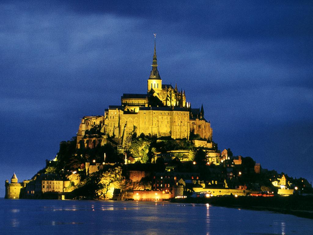 Muntele Saint Michel iluminat în timpul nopții