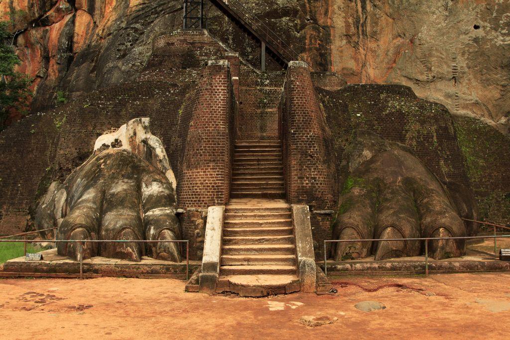 Sigiriya, Sri Lanka, rămăşiţele leului de la intrarea principală