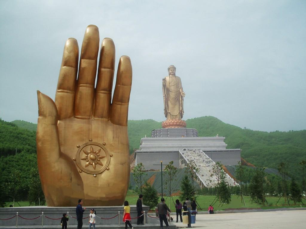 Templul Izvorului Buddha copie după mâna statuii