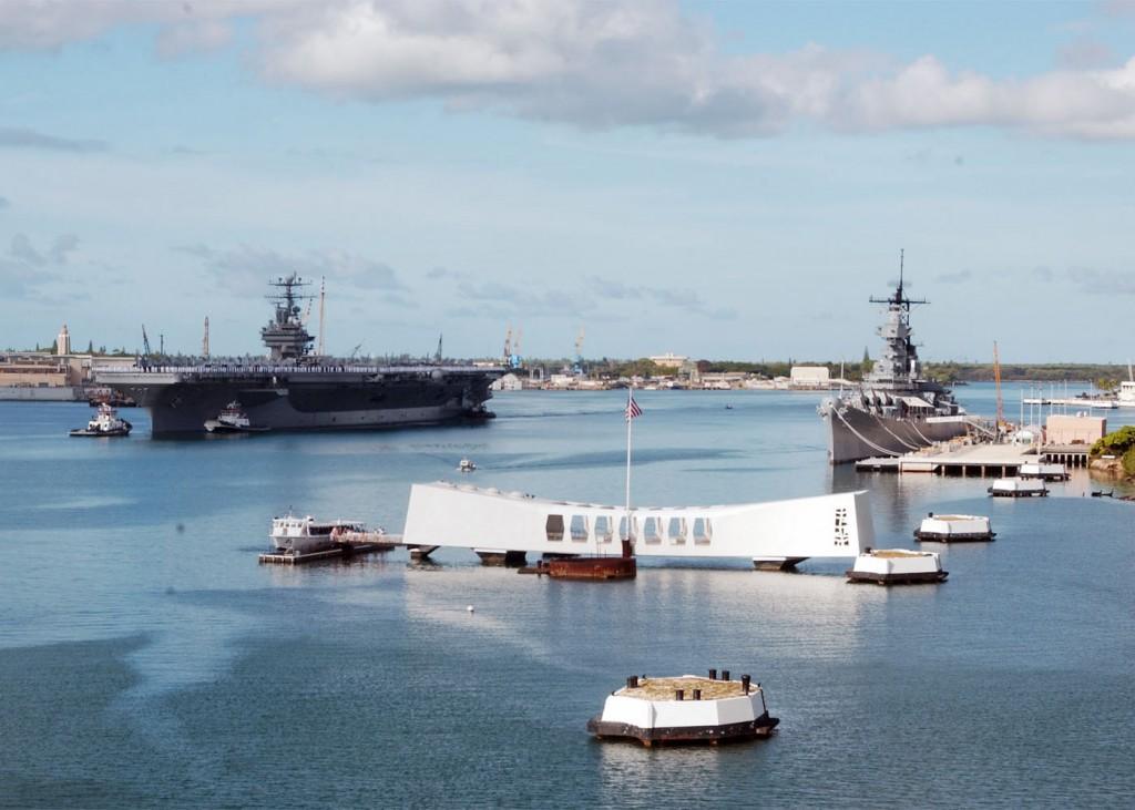 USS-Arizona-Memorial-și-salutul-marinarilor-de-pe-portavionul-USS-Abraham-Lincoln