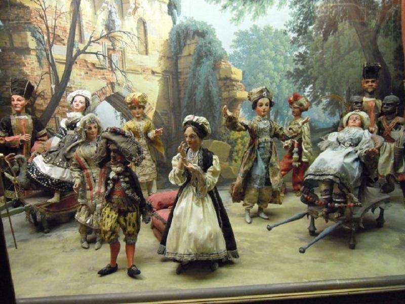 Colecţie de păpuşi de porţelan din Palatul Borromeo