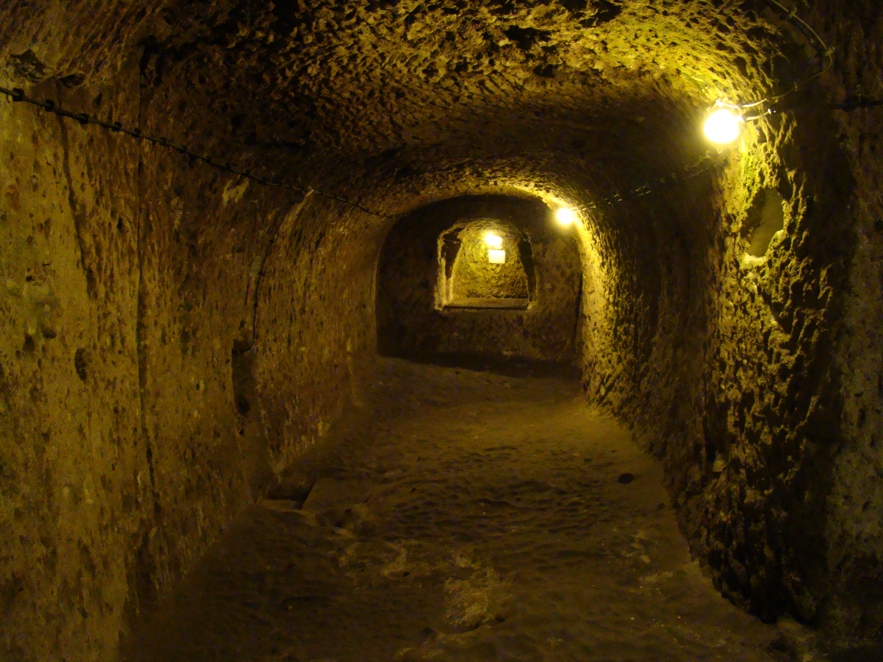 Orașul Subteran Derinkuyu, coridoare întunecate