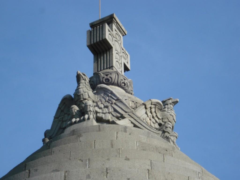 mausoleul mărășești vârful acoperișului crucea și acvilele