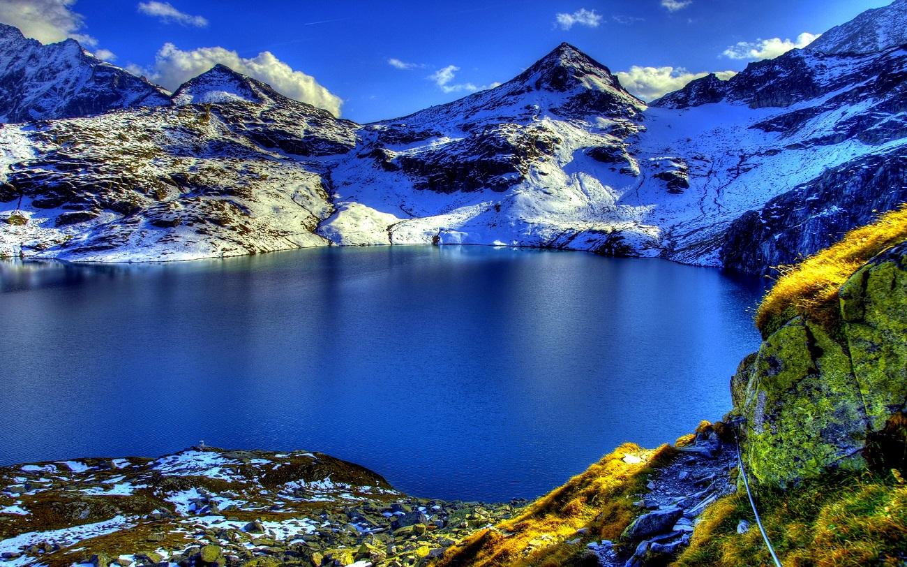 Alpii elveţieni şi un lac format artificial din regiune
