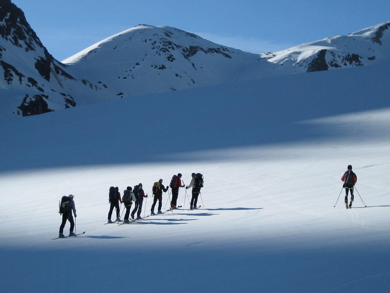 Alpinişti pe traseul care duce la Vârful Everest