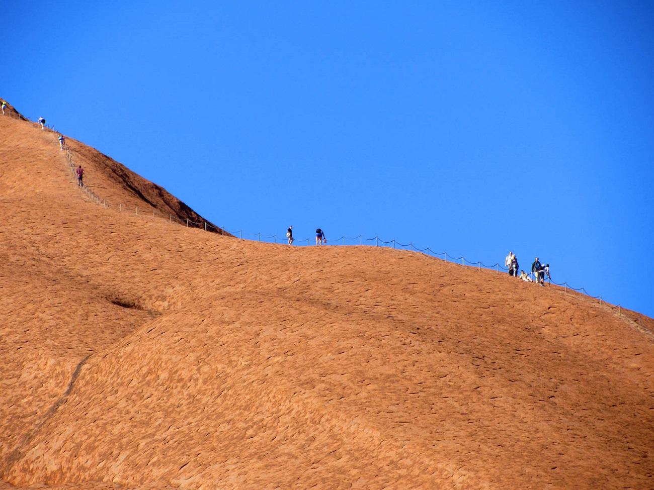 Alpinism pe roca Uluru, Australia