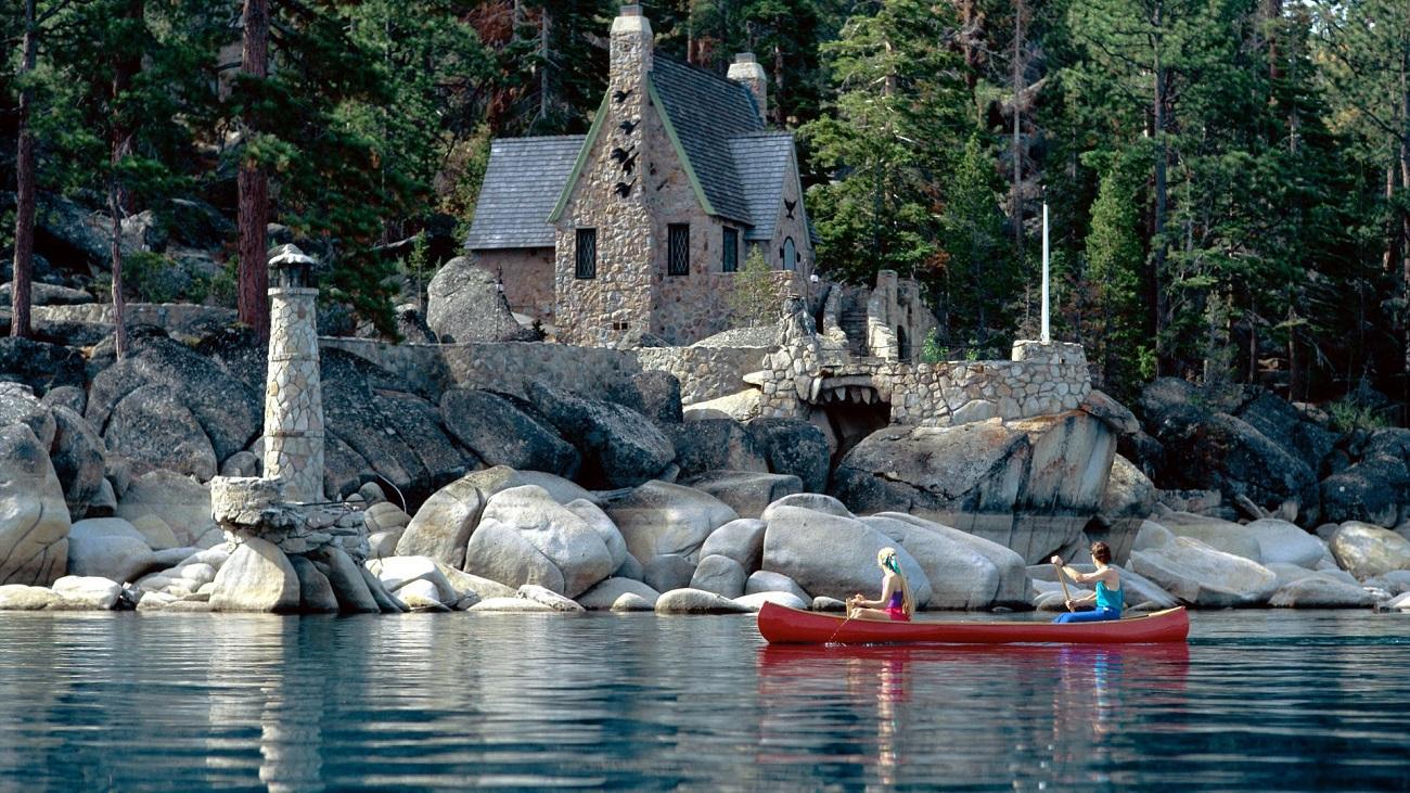 Ambracaţiunile plutesc nestinghertie pe apele Lacului Tahoe, Sierra Nevada
