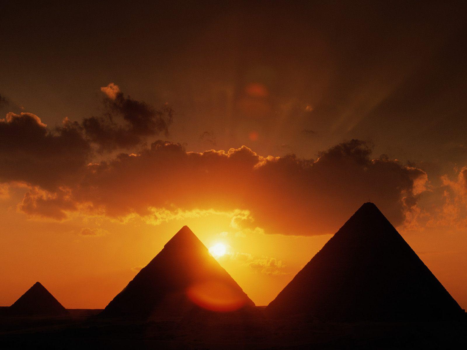 Apus de soare peste Piramidele din Egipt