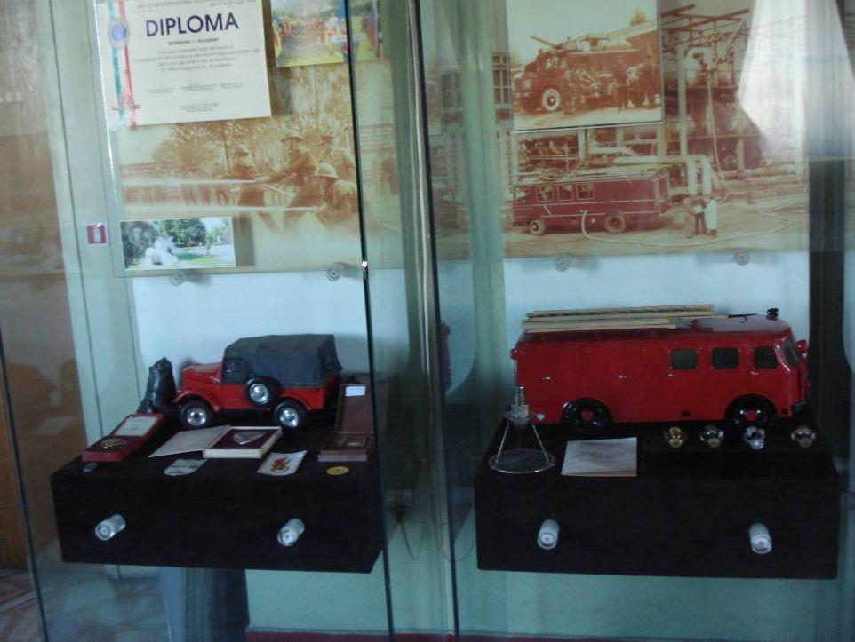 Autospeciale, insigne si alte elemente specifice corpului de pompieri