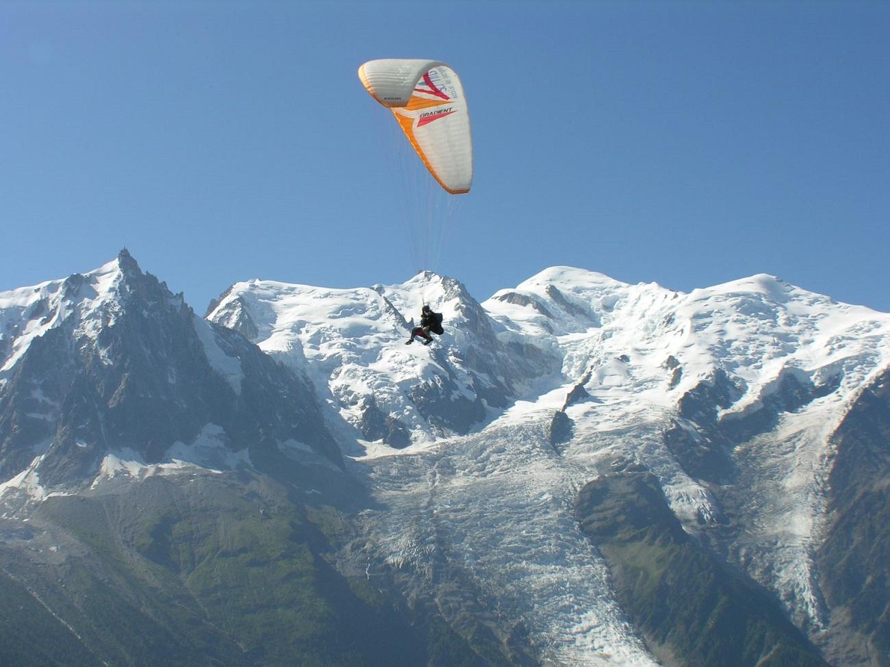 Aventurierii aleg să plutească peste crestele munţilor