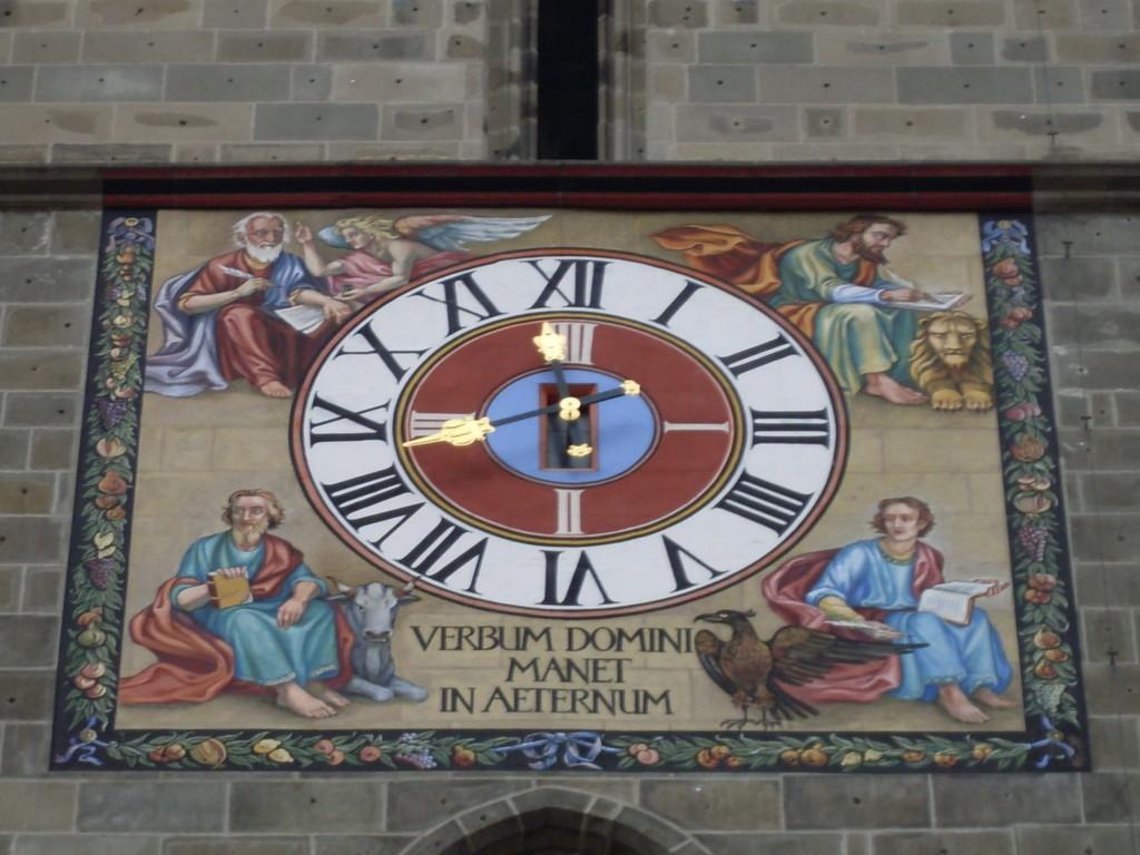 Biserica Neagră, ceasul edificiului cu textul Cuvântul Domnului este etern