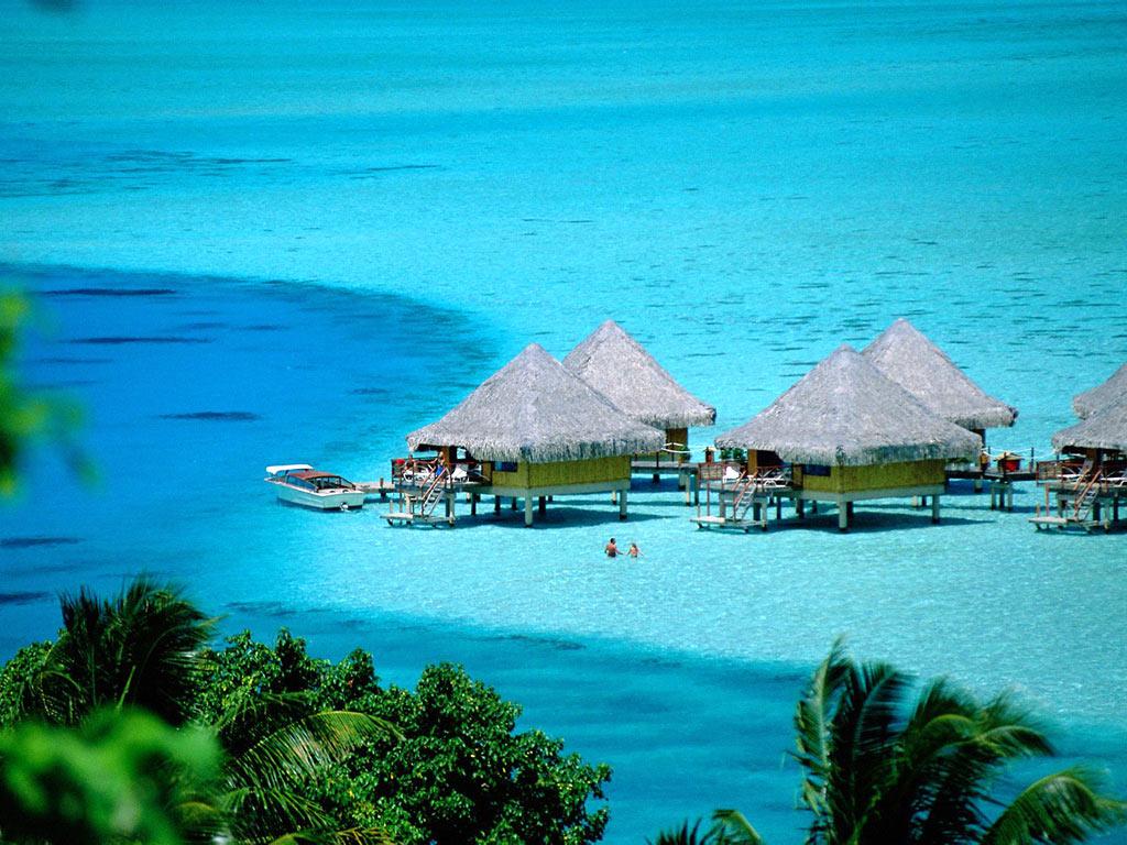 Bora Bora, bongalow-uri și barca pregătită pentru navigat