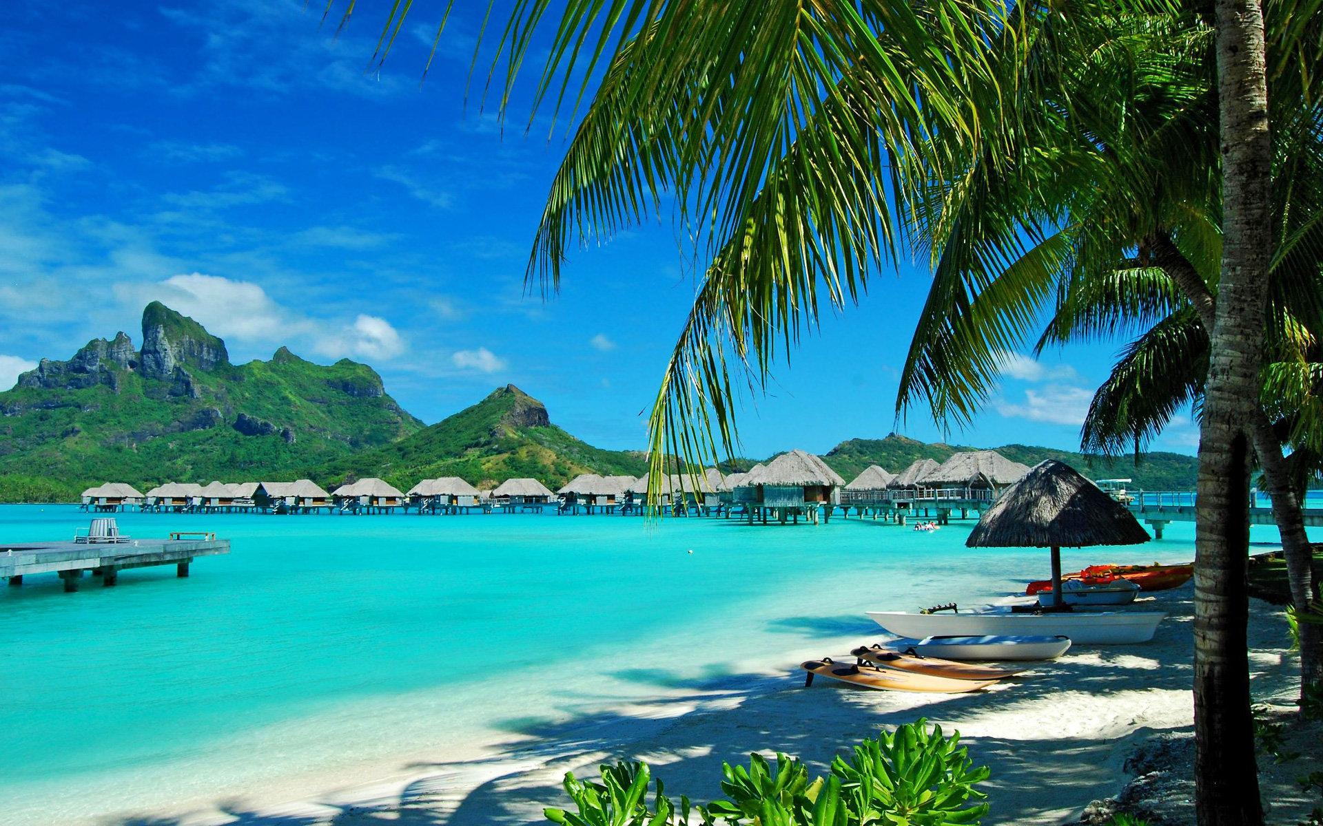 Bora Bora, plaja cu nisip curat și apa incredibil de străvezie