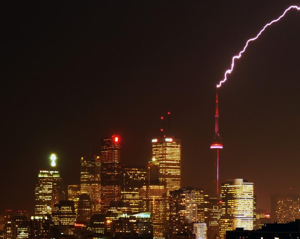 CN Tower lovit de un traznet
