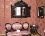 Camera de oaspeti, cu o nelipsita oglinda si tabloul Juliei; daca priviti in reflexia oglinzii veti vedea si tabloul mamei ei
