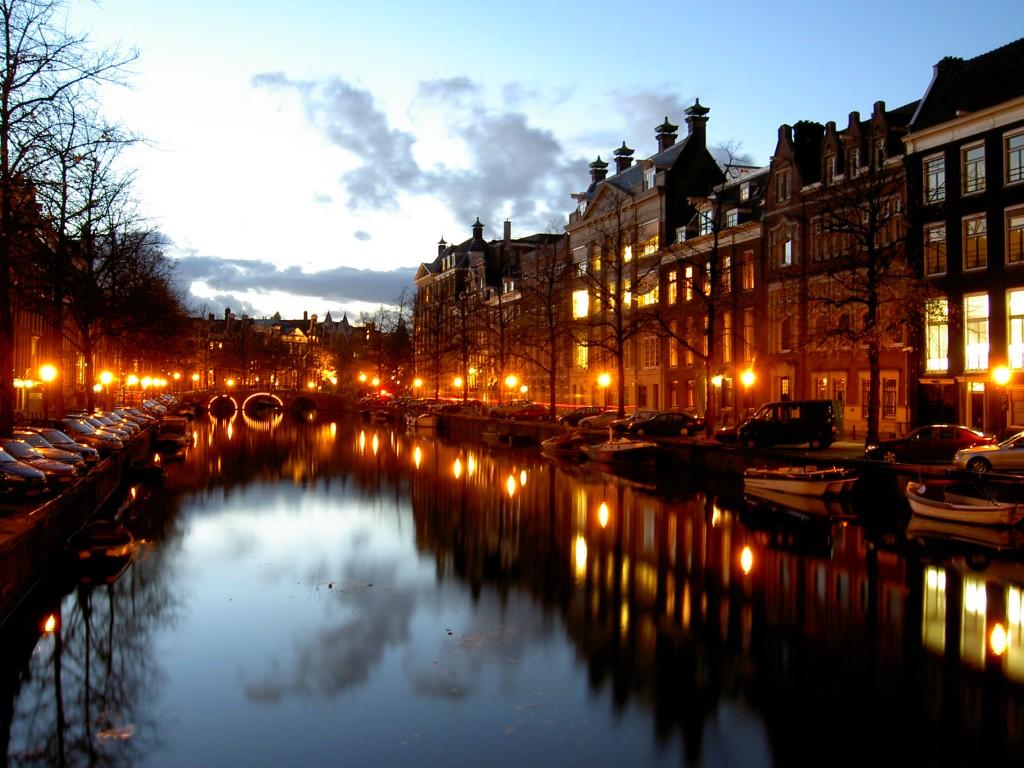 Canal din Amsterdam noaptea