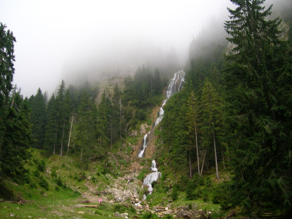 Cascada Cailor invaluita in ceata