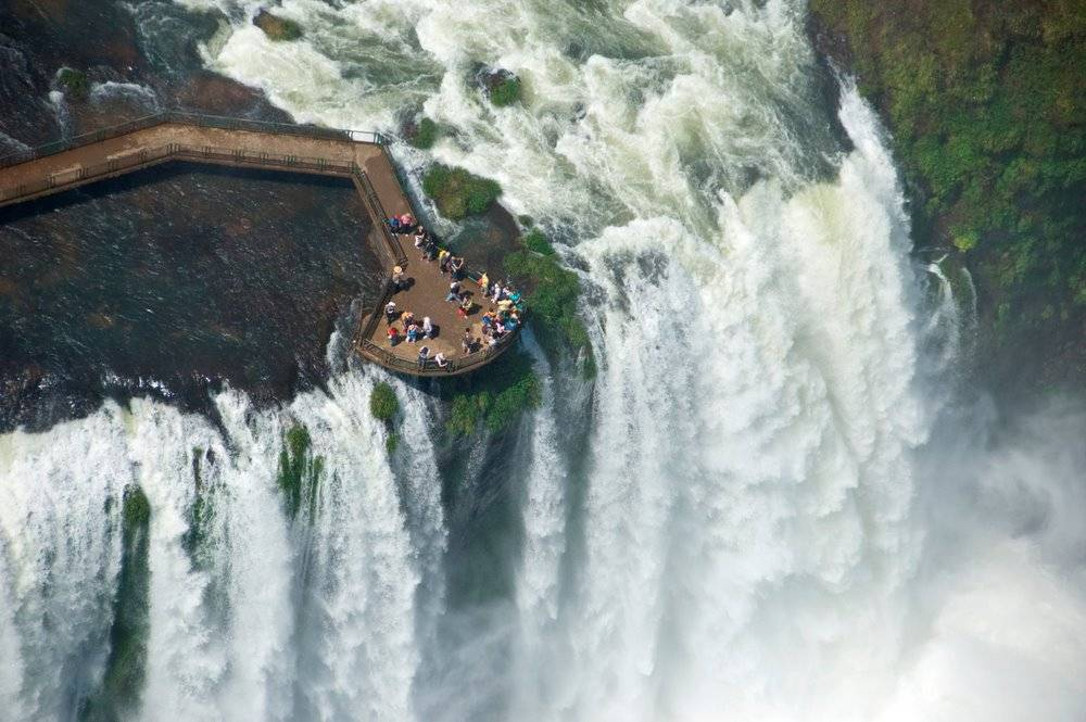 Cascada Iguacu şi turişti care admiră  căderile de apă