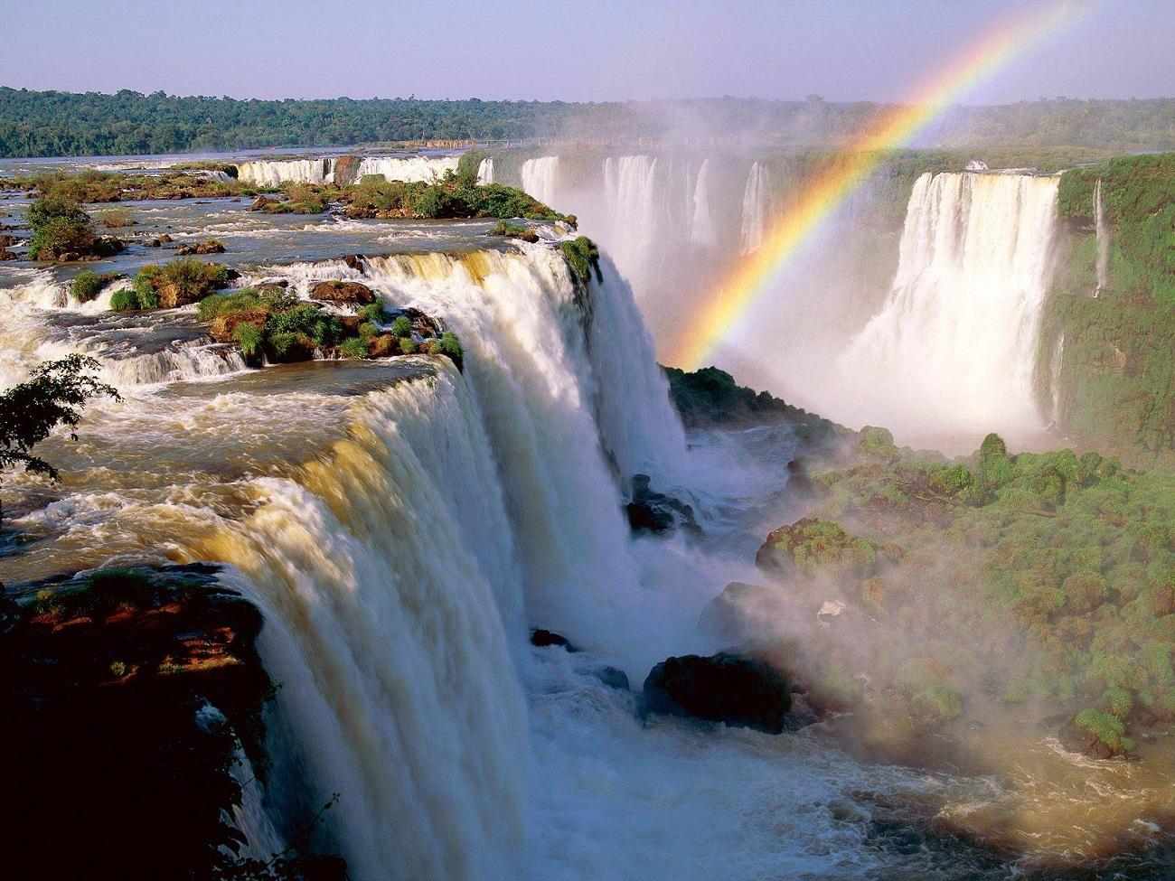 Cascada Iguacu şi un frumos curcubeu