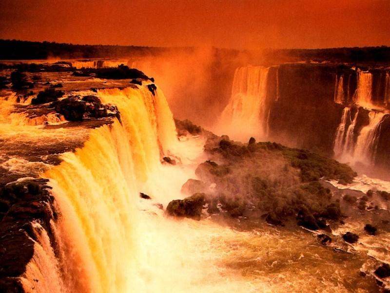 Cascada Victoria în timpul apusului de soare