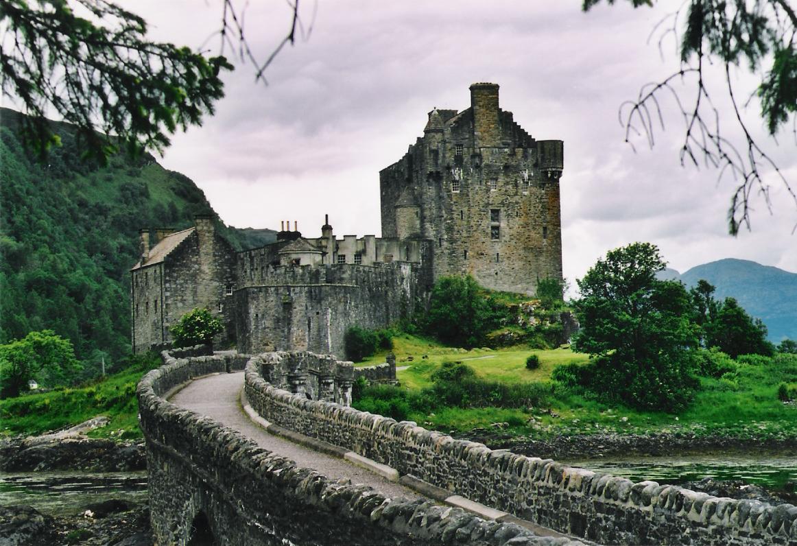 Castelul Eilean Donan, străduţa care duce spre construcţia din piatră