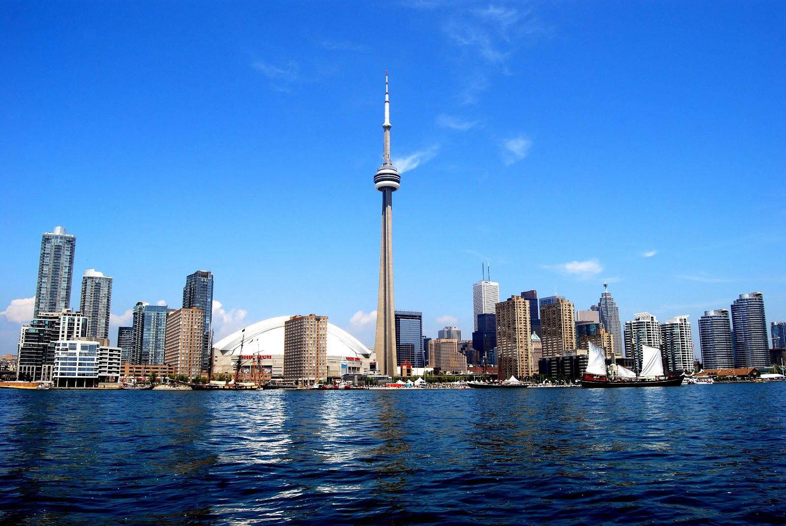 Cer senin deasupra CN Tower