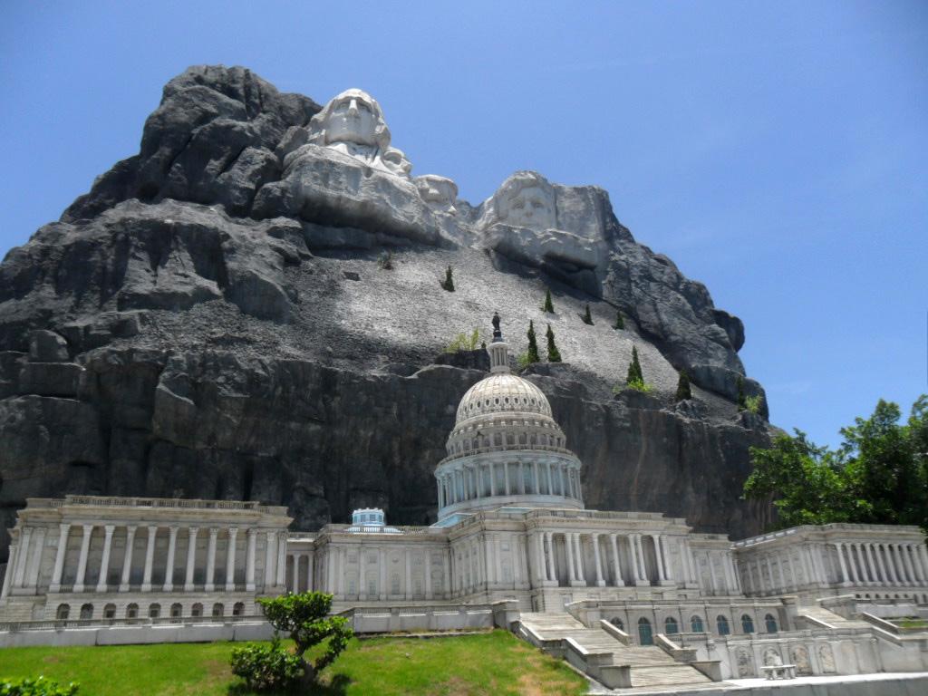 Cine ar fi crezut, Capitoliul și Muntele Rushmore la un loc, ce mică e lumea