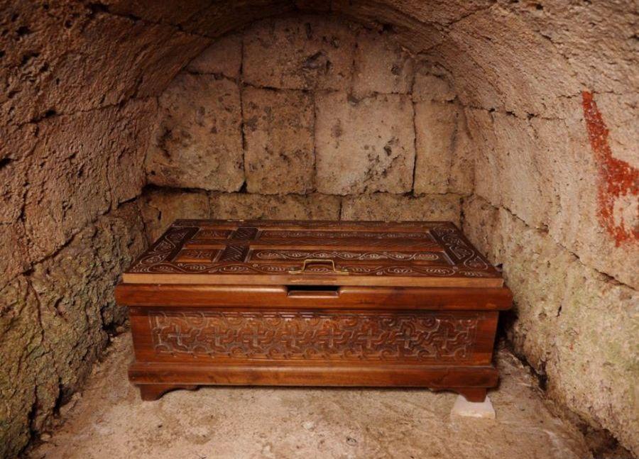 Cripta de sub manastire contine ramasitele ultimului calugar ce a trait aici