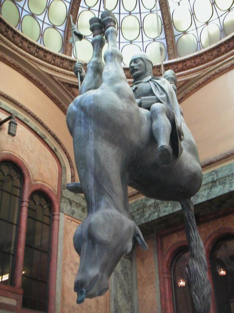 Din seria de monumente ciudate - sfântul care călărește burta unui cal mort