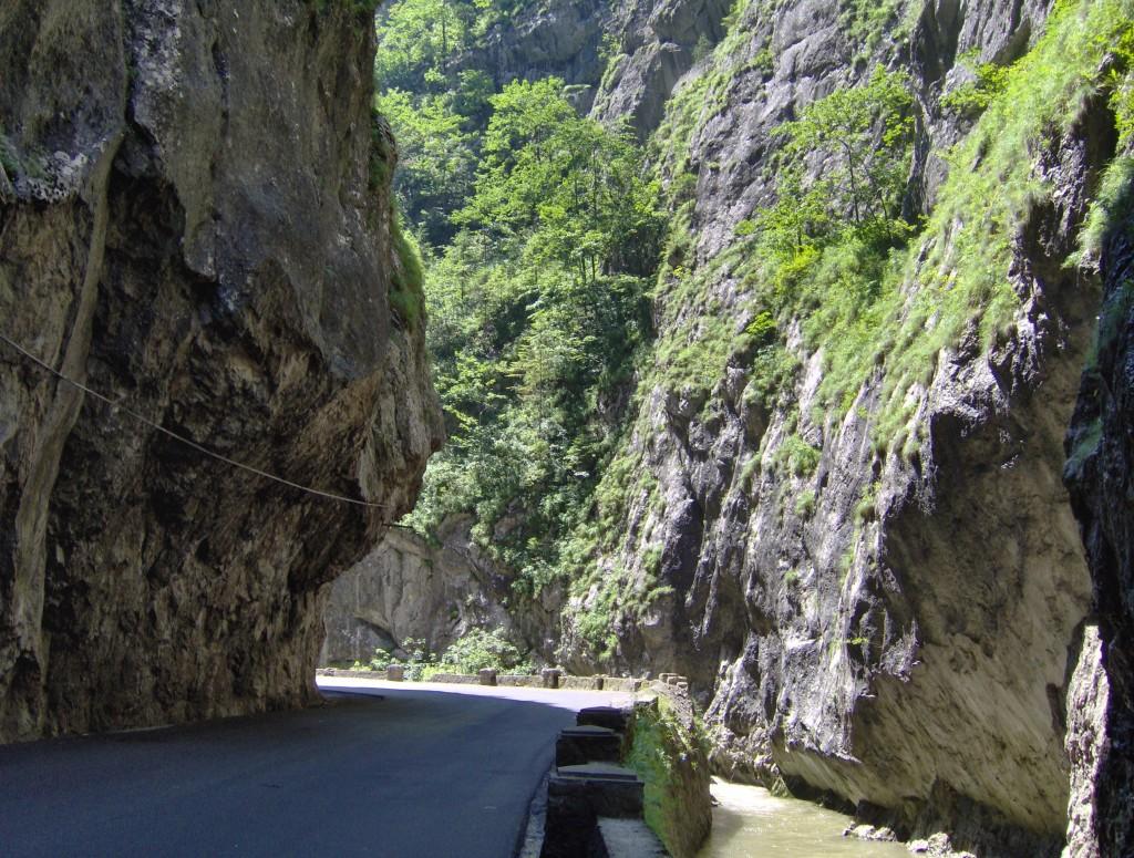 Drum bine asfaltat și peisaje de vis