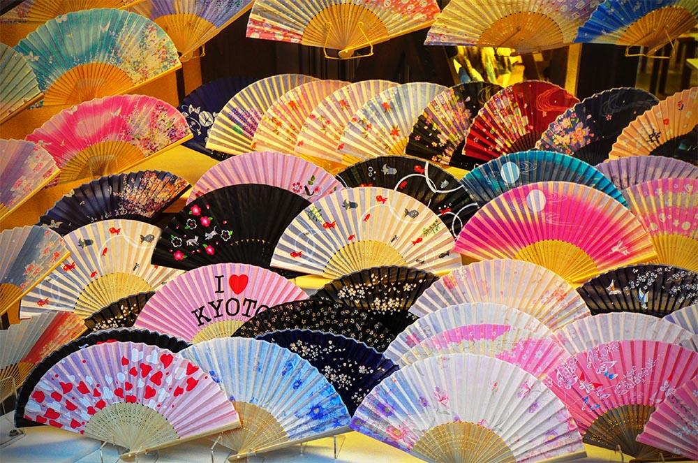 Evantaie realizate manual de locuitorii din Kyoto, o frumoasă amintire a oraşului