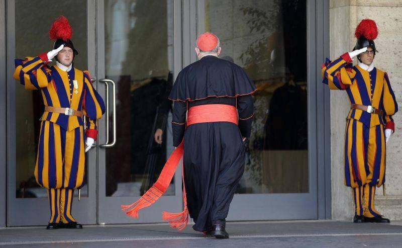 Garda Elveţiană salută politicos personalităţile religioase care intră în instituţie