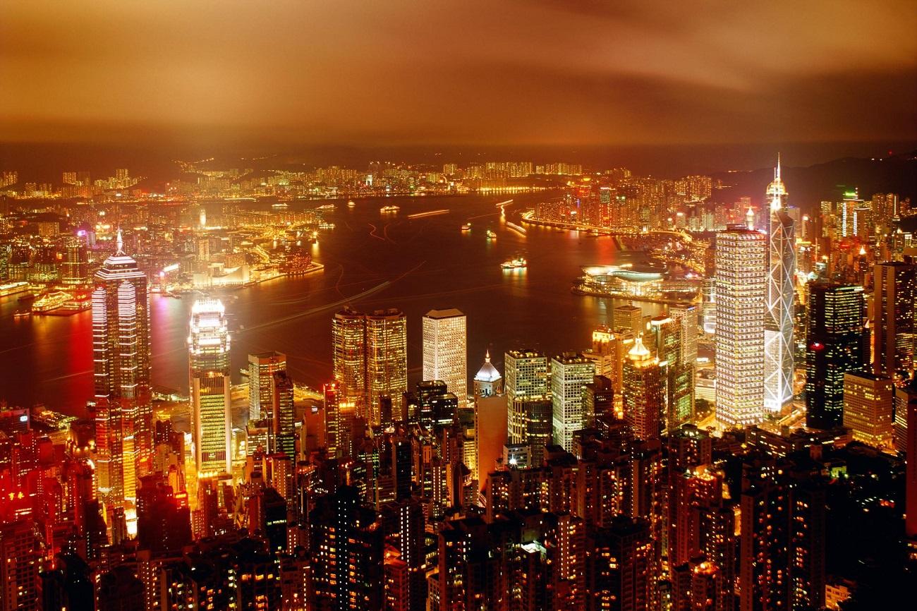 Hong Kong şi luminile strălucitoare din timpul nopţii