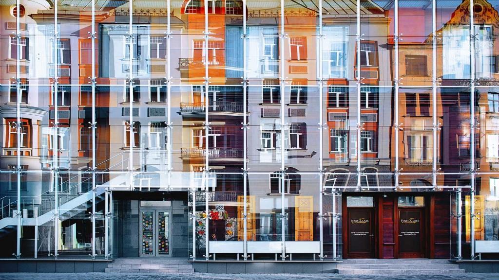 Imagine modernă din Riga și reflexia ei clasică