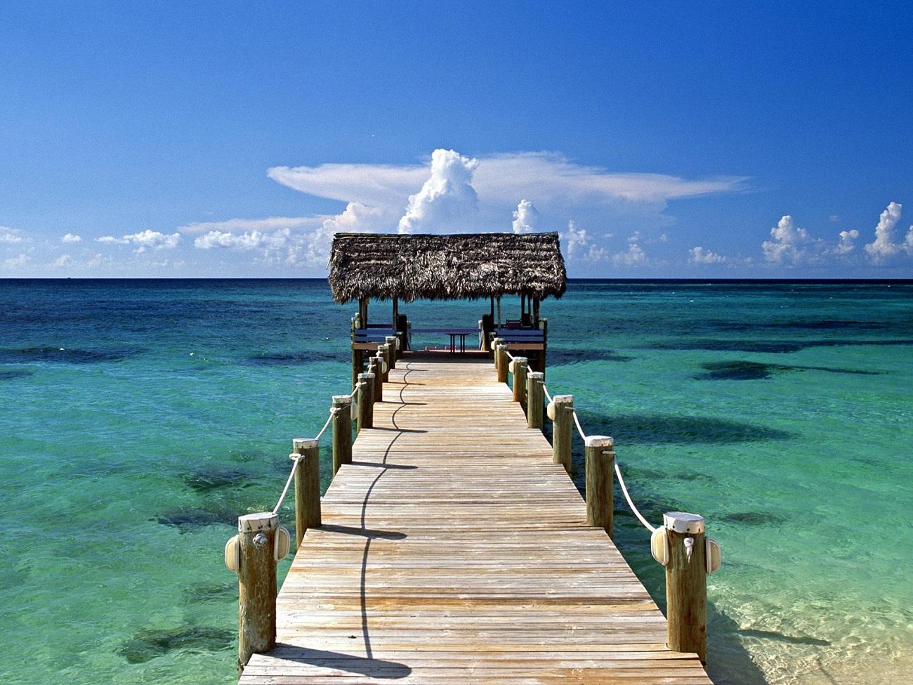 Insulele Bahamas, pod care conduce spre un foişor intim şi umbros