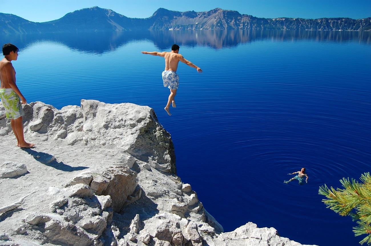 Lacul Crater şi turişti care înoată în apele sale profunde