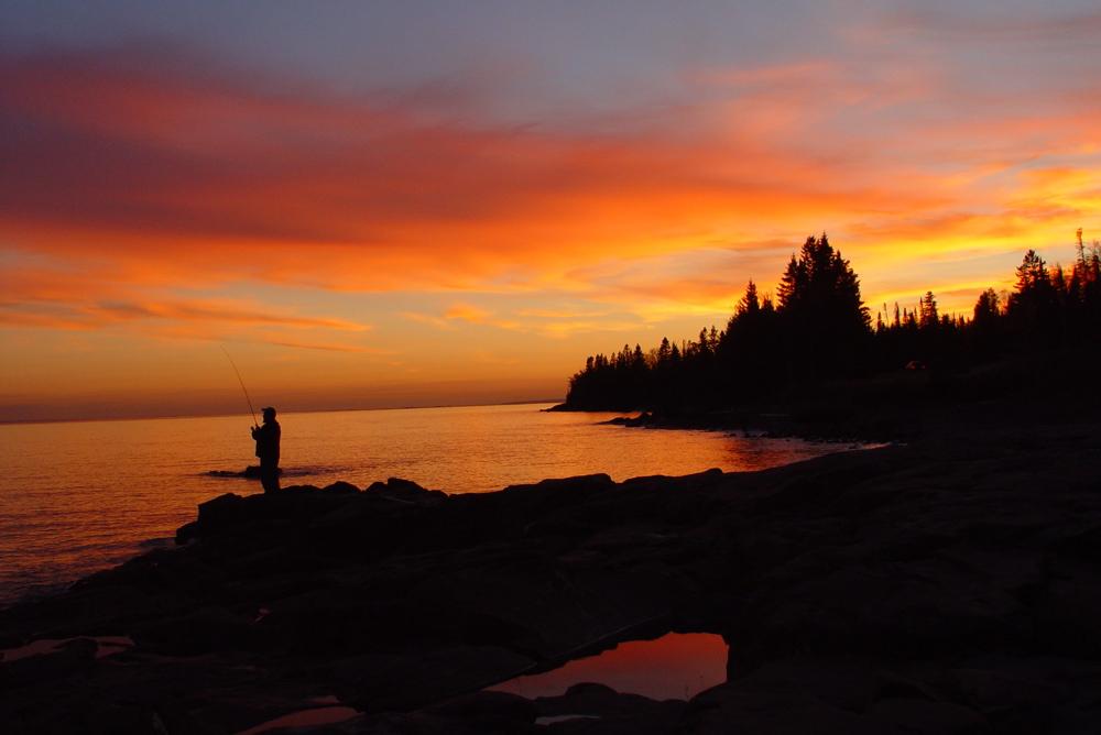 Lacul Superior, pescarii îşi exercită pasiunea până la apusul soarelui