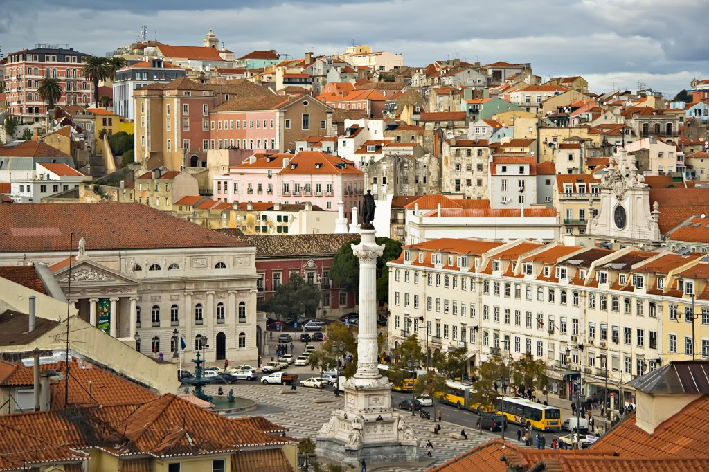 Lisabona, cu case vechi și trafic aglomerat printre străduțele înguste