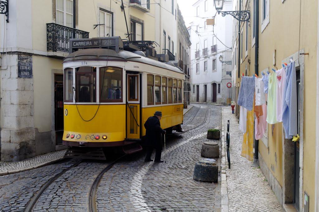 Lisabona, tramvaiul 28 șerpuind pe străduțele înguste ale orașului