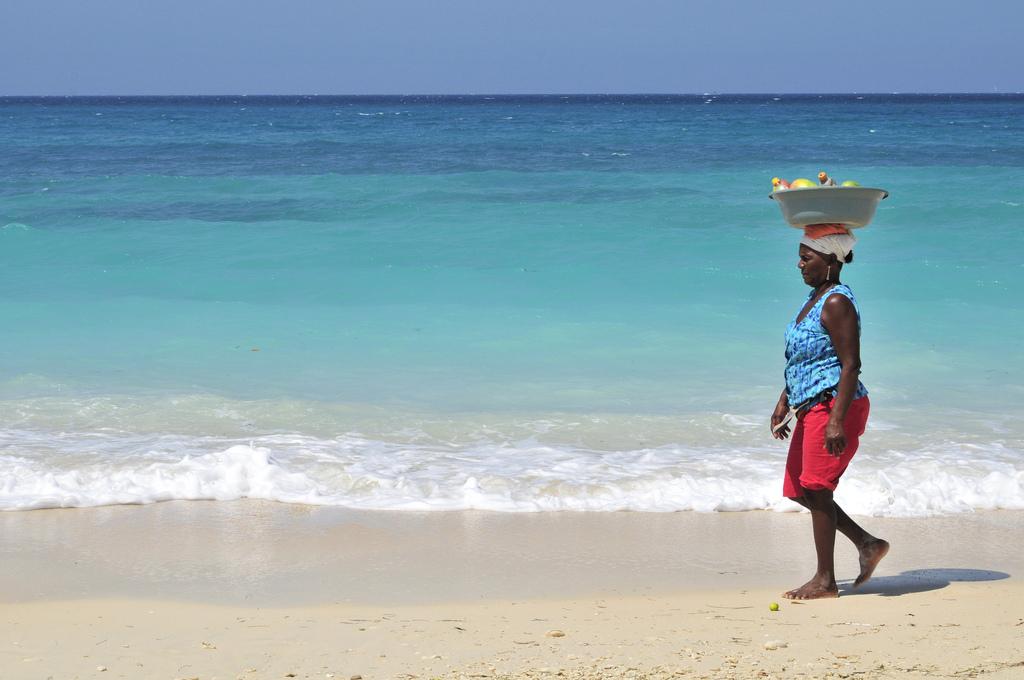Locuitorii din Cartagena străbat zi de zi kilometri pe plaje în încercarea de a vinde diverse  bunătăţi