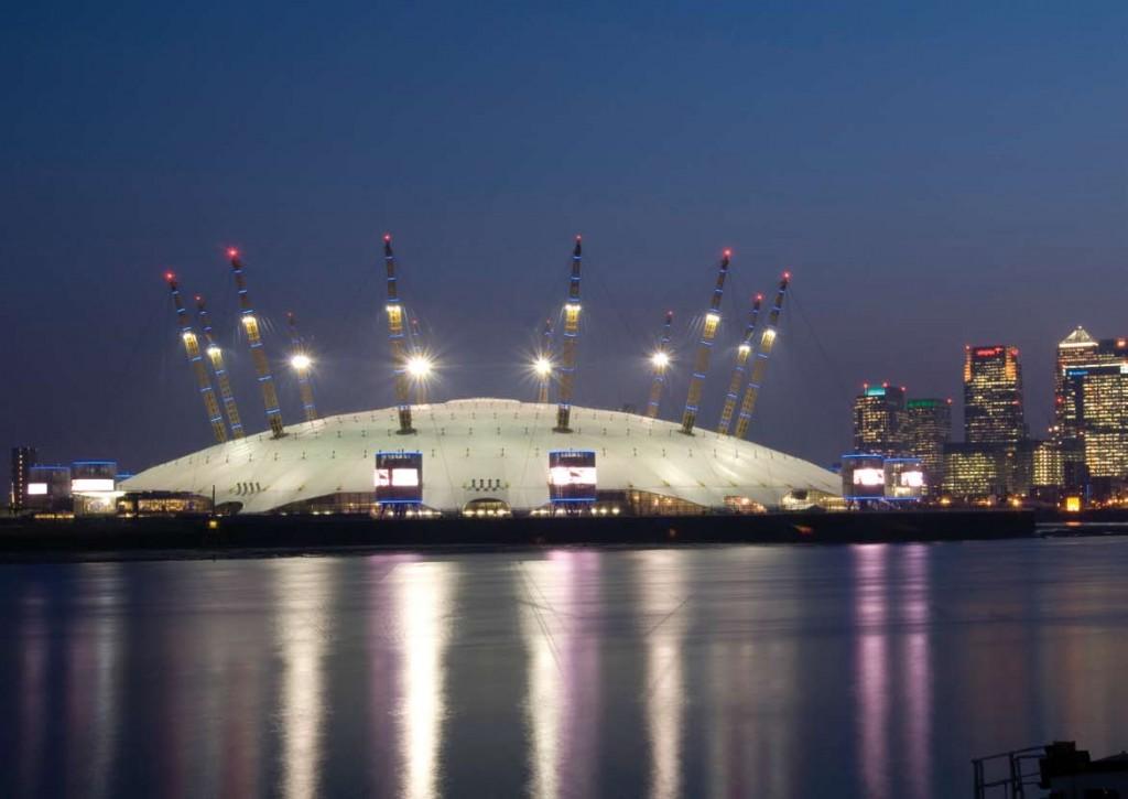 Millennium Dome si cateva din blocurile Londrei noaptea