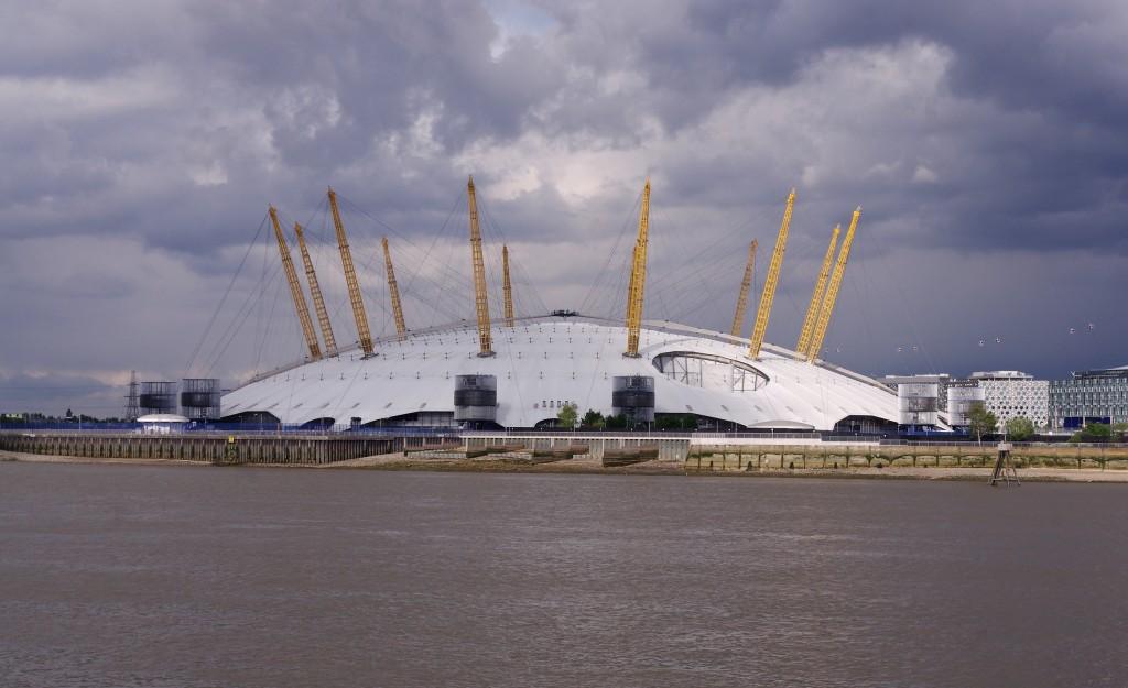 Millennium Dome vedere de pe Tamisa