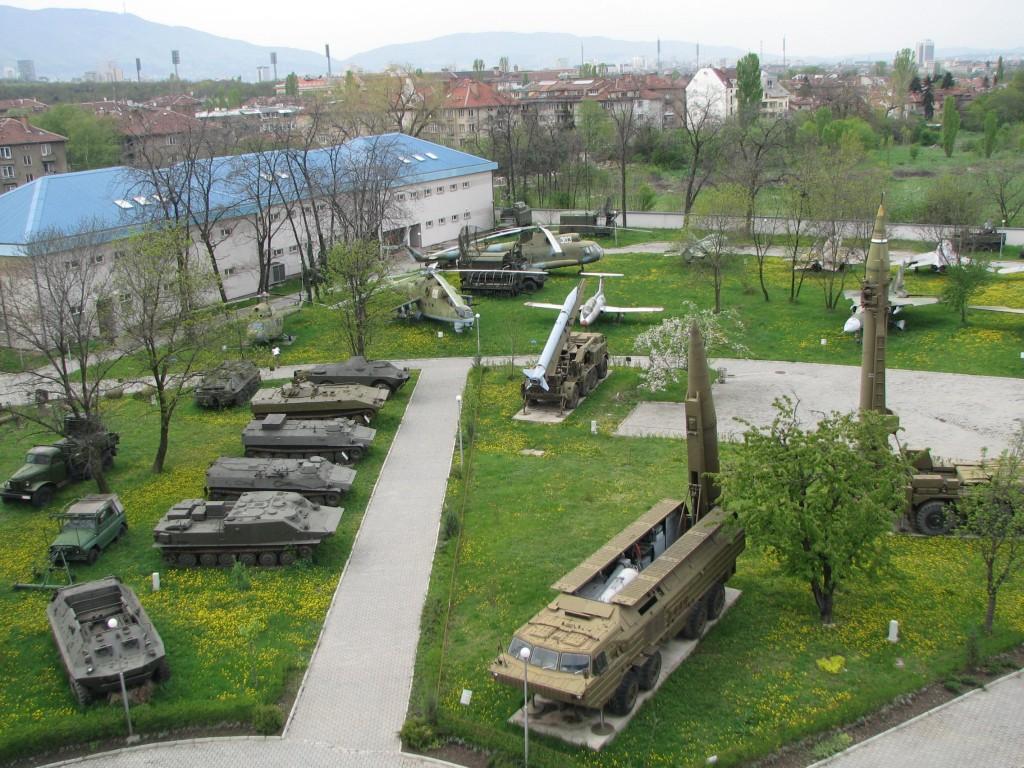 Muzeul Național de Istorie Militară, curtea cu...jucării