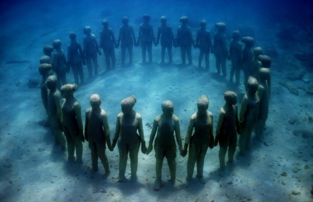 Muzeul Subacvatic din Cancun, copii ținându-se de m