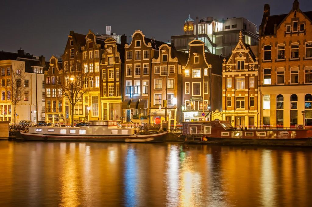 Nimic mai frumos decât Amsterdam pe timp de noapte