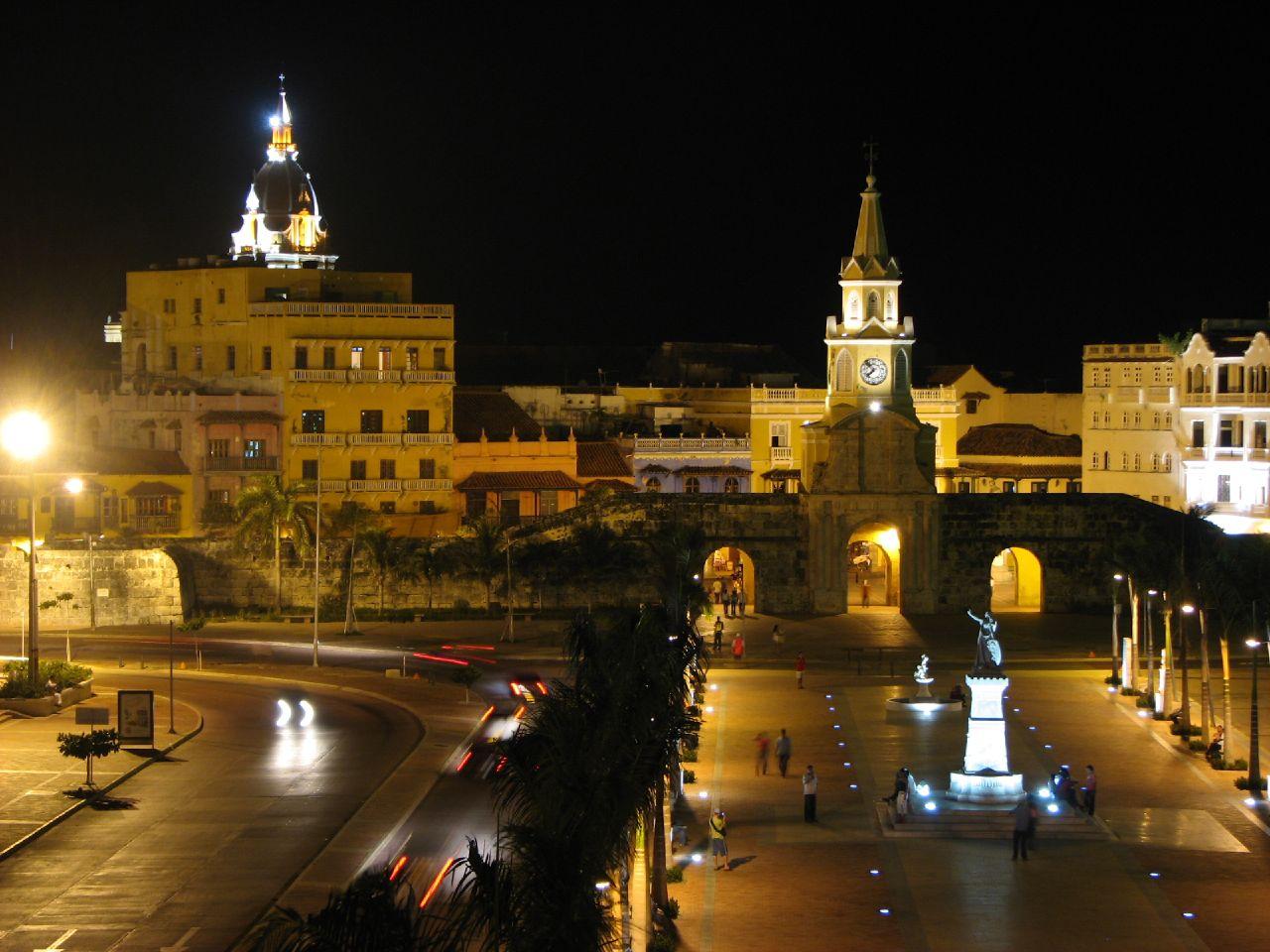 Noaptea, clădirile din Cartagena sunt frumos iluminate